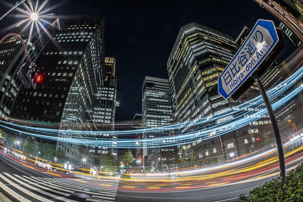深夜の大手町、超高層ビル群